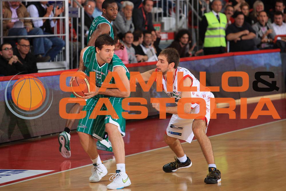 DESCRIZIONE : Teramo Lega A 2009-10 Banca Tercas Teramo Air Avellino<br /> GIOCATORE : Antonio Porta<br /> SQUADRA : Air Avellino<br /> EVENTO : Campionato Lega A 2009-2010<br /> GARA : Banca Tercas Teramo Air Avellino<br /> DATA : 06/12/2009<br /> CATEGORIA : palleggio<br /> SPORT : Pallacanestro<br /> AUTORE : Agenzia Ciamillo-Castoria/M.Carelli<br /> Galleria : Lega Basket A 2009-2010 <br /> Fotonotizia : Teramo Campionato Italiano Lega A 2009-2010 Banca Tercas Teramo Air Avellino<br /> Predefinita :