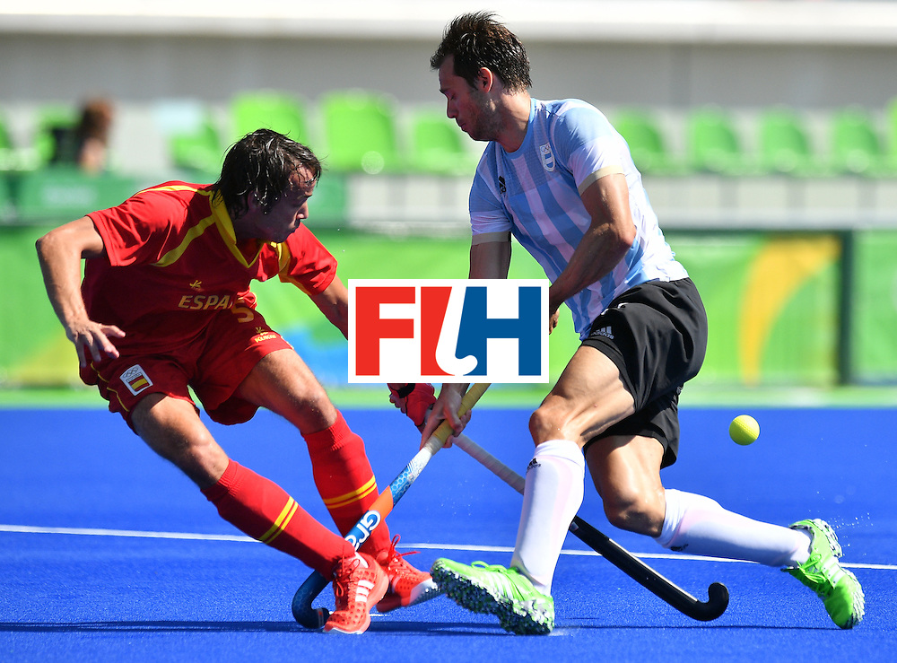 Spain's Bosco Perez-Pla (L) vies with Argentina's Facundo Callioni during the men's quarterfinal field hockey Spain vs Argentina match of the Rio 2016 Olympics Games at the Olympic Hockey Centre in Rio de Janeiro on August 14, 2016. / AFP / Carl DE SOUZA        (Photo credit should read CARL DE SOUZA/AFP/Getty Images)