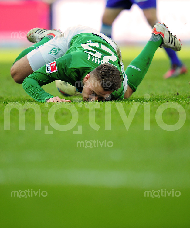 FUSSBALL   1. BUNDESLIGA   SAISON 2011/2012   24. SPIELTAG Hertha BSC Berlin - SV Werder Bremen                  03.03.2012 Tom Trybull (SV Werder Bremen) landet unsanft auf der Nase