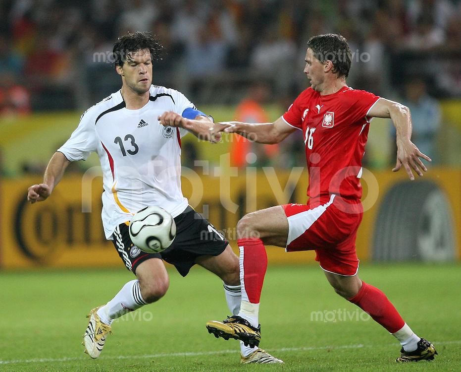 Fussball WM 2006  Gruppenspiel  Vorrunde Deutschland - Polen Michael Ballack (li, GER) gegen Arkadiusz RADOMSKI (POL)