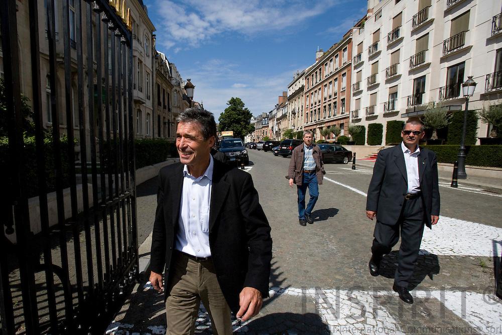 BRUSSELS - FRANCE - 01 AUGUST 2009 -- Anders Fogh Rasmussen tiltraadt som NATOs nye generalsekretaer kommer for at tale med den danske presse uden for den gitterport, som lukker gaden af til hans nye embedsbolig i Bruxelles.    Photo: Erik Luntang