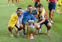 FUSSBALL  EUROPAMEISTERSCHAFT 2012   FINALE Spanien - Italien            01.07.2012 Pedro Rodriguez, Jordi Alba und  David Silva (v.l., alle Spanien) mit dem EM Pokal