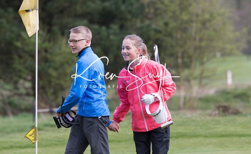 LOCHEM -  Noa van Beek en Tijn Langenberg na afloop van de wedstrijd. Jeugdgolf op de  Lochemse Golf Club De Graafschap. COPYRIGHT KOEN SUYK