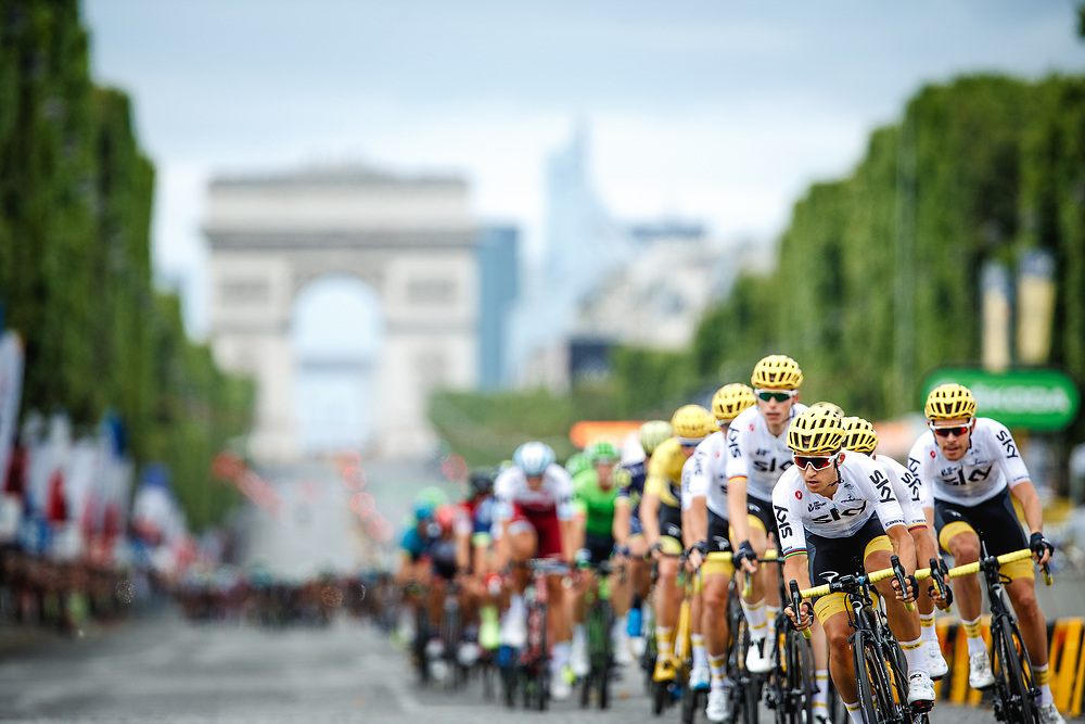 Team Sky led the peloton over the Champs-Élysées for the first passage before a clear breakaway was established. Photo: Iri Greco / BrakeThrough Media | www.brakethroughmedia.com