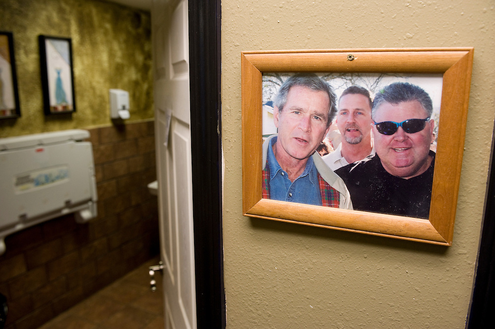 Crawford, Texas, USA..Ein Foto des scheidenden Praesidenten Bush mit Buergern von Craford auf der Toilette eines Cafes..Photo of outgoing President Bush and town people in the restroom of the local coffee shop..Crawford, Texas, is the hometown of outgoing President George W. Bush, who bought the Prairie Chapel Ranch, located seven miles (10 km) northwest of town, in 1999. The farm was considered the Western White House of the President, who is leaving soon for a new home in  Dallas. His departure will bring major changes to this small town (population: 705), which had in part made a living by catering to the tourist, press and protesting crowds that came to visit. At the same time they are very tired of it all and seem to be glad that life can finally get back to normal now...©Stefan Falke