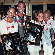 Gouden CD uitreiking Vals Verlangen Ruth Jacott, ook aan Debbie Schouten