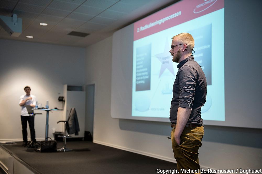 Skal vi være bekymrede for radikalisering online? Michael Karlsen (i hvid skjorte)  og Kristian Walther (i mørk skjorte) fra Socialstyrelsen. Det Kriminalpræventive Råd, konference. Foto: © Michael Bo Rasmussen / Baghuset. Dato: 23.04.15