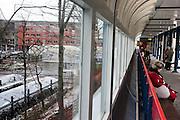 Reizigers bij station Rotterdam Alexander