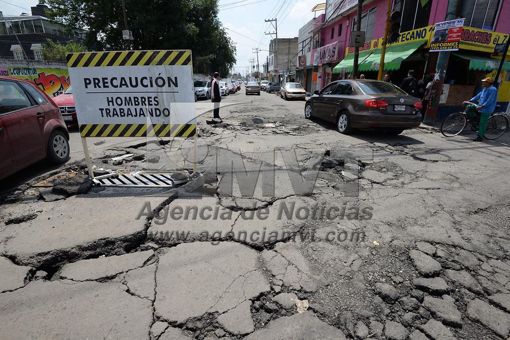 TOLUCA, México.- (Julio 13, 2017).- Después de las fuertes lluvias que se han registrado en los últimos días, el pavimento del cruce de la avenida Heriberto Enríquez y Ceboruco se fracturo y s registran algunos hundimientos . Agencia MVT / Crisanta Espinosa.