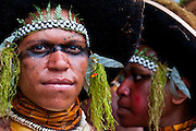 Bunt geschmückte und bemalte Volksstämme feiern das traditionelle Sing Sing in Enga im Hochland von Papua Neu Guinea, Melanesien*Colourful dressed and face painted local tribes celebrating the traditional Sing Sing in Enga  in the Highlands of Papua New Guinea, Melanesia