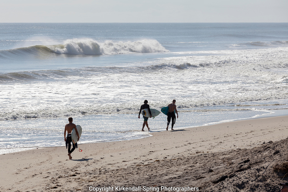 NC00741-00...NORTH CAROLINA - Surfers at Rodanthe on the Outer Banks.