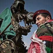 libye, Ras lanouf mardi 8 mars 2011. Un insurgé posté sur une  baterie anti aérienne observe l'horizon