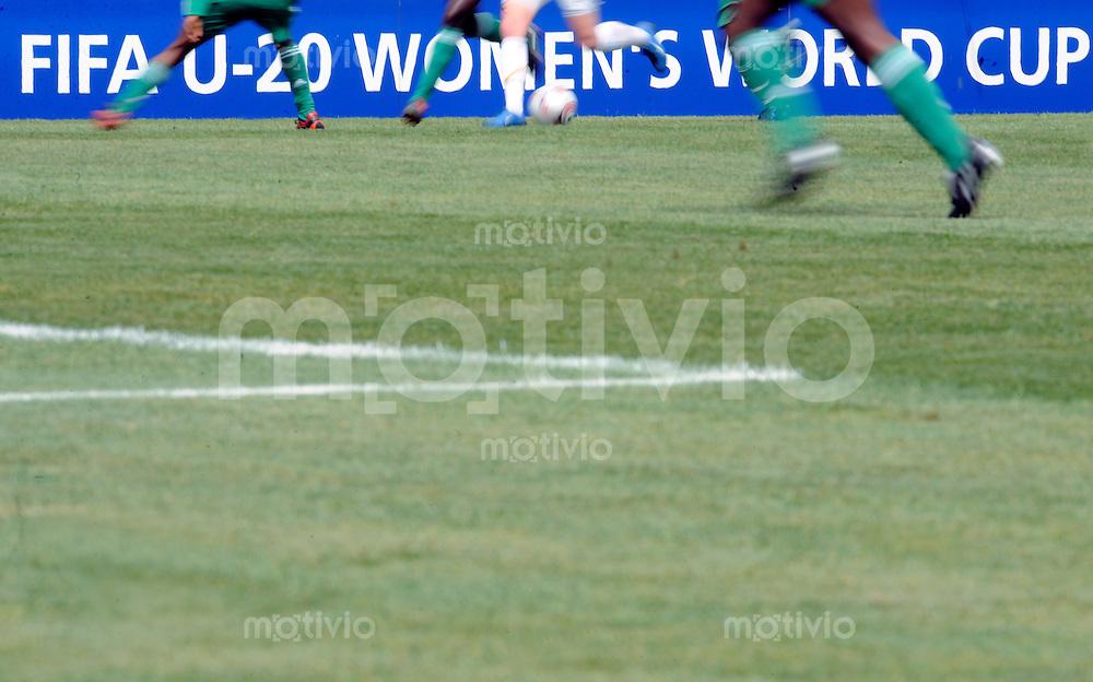 Fussball Frauen FIFA U 20  Weltmeisterschaft 2008    19.11.2008 Neuseeland - Nigeria       New Zealand - Nigeria Feature: Spielerinnen laufen an der offiziellen Bande der FIFA U-20 Women´s World Cup.
