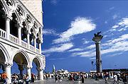 Markusplatz in Venedig, links der Dogenpalast perspektiven korrigiert