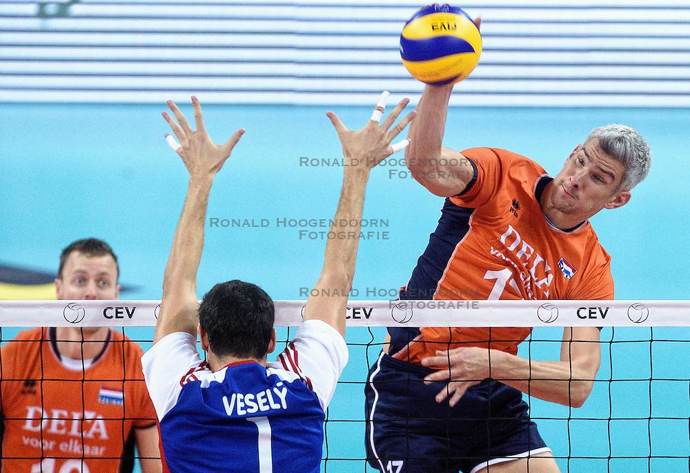 09-10-2015 BUL: Volleyball European Championship Tsjechie - Nederland, Sofia<br /> Nederland wint de belangrijke openingswedstrijd tegen Tsjechie met 3-1 / Rob Bontje #17 slaat de bal langs het blok van Jakub Vesely #1