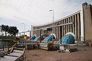 In het Hoogland gemaal bij Stavoren ligt voor de tweede keer sinds 1965 pomp vier open. De andere drie pompen zijn al eerder gereviseerd. Deze zomer (2010) is het tijd voor de laatste pomp. Het blijft niet bij het vervangen van onderdelen zoals de schoepen, er wordt ook voor gezorgd, dat de capaciteit van het gemaal omhoog gaat.