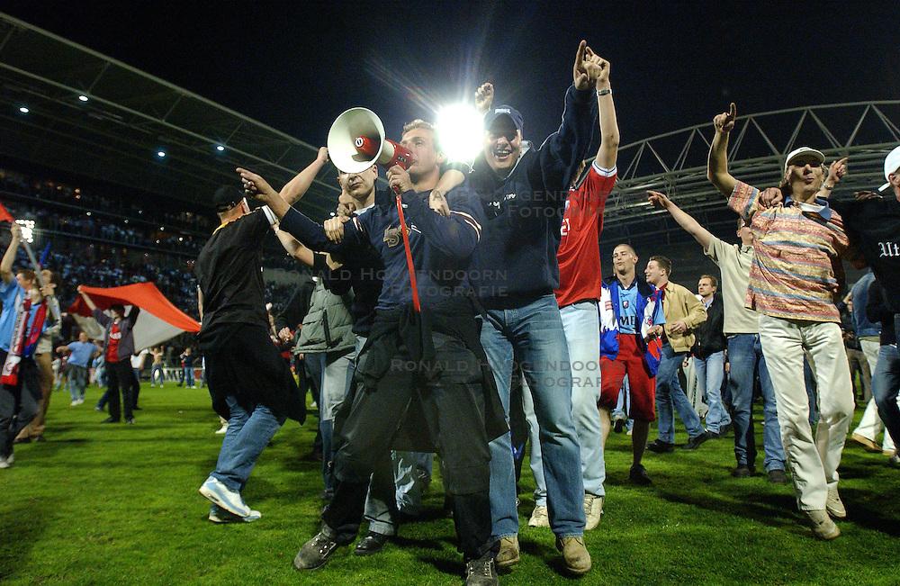 15-04-2003 VOETBAL: FC UTRECHT - PSV: UTRECHT<br /> Halve finale amstelcup wordt door Utrecht met 2-1 gewonnen / Utrecht support op het veld, vlaggen ME politie rellen Jos<br /> ©2003 Ronald Hoogendoorn Photography