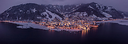 THEMENBILD - Panorama - Zell am See in der Abendbeleuchtung bei Dämmerung mit dem teilweise zugefrorenen Zeller See, aufgenommen am 24. Januar 2019 in Zell am See, Oesterreich // Zell am See in the evening lighting at dusk with the partially frozen Zeller lake in Zell am See, Austria on 2019/01/24. EXPA Pictures © 2019, PhotoCredit: EXPA/ JFK