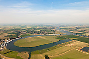 Nederland, Brabant, Gemeente Lith, 08-07-2010. Alphense Waard, vroegere Maasmeander, afgesneden na de Maasnormalisatie in de jaren '30 van de vorige eeuw. In de achtergrond stuw en sluizen bij Lith (onderdeel van die normalisatie)..Alphen holm, former Maas Meander cut after the Meuse Standardization in the 30s of the last century. In the locks and weir in the river, part of the standarisation. .luchtfoto (toeslag), aerial photo (additional fee required).foto/photo Siebe Swart