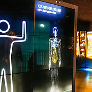 NLD/Amsterdam/20140930 - Konining Maxima opent museum Micropia, rondleiding