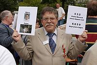 14 JUL 2001, BERLIN/GERMANY:<br /> Ein Vater demonstriert gegen die Trennung von seinen Kindern (vermutl. durch Scheidung von einem auslaendischen Partner), mit Bildern seiner Kinder und  einem Zettel mit der Anzahl der Besuche seit der Anzahl der Tage der Trennung, Breitscheidplatz vor der Gedaechniskirche<br /> IMAGE: 20010714-01-006<br /> KEYWORDS: Scheidungskind, Scheidungskinder, Demo, Demonstration, Demonstrant, demonstrator, Protest