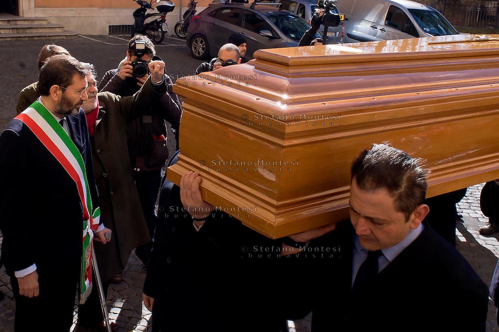 Roma 9 Febbraio 2015<br /> Funerale al Campidoglio del partigiano Massimo Rendina, conosciuto col nome di battaglia di Comandante Max, comandante nelle brigate Garibaldi, eroe della Resistenza, vicepresidente dell'Anpi, morto all'età di 95 anni. Arrivo del feretro in Campidoglio accolto dal Sindaco di Roma Ignazio Marino.<br /> Rome February 9, 2015<br /> Funeral to Capitol of the partisan Massimo Rendina,known by the nom de guerre of Commander Max, commander in the brigades Garibaldi, hero of the Resistance, Vice President of the National Association of Italian Partisans, died at the age of 95 years.Arrival of the coffin in the Capitol welcomed by the Mayor of Rome Ignazio Marino.