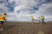 Team Cygnus brengt de fiets terug nadat die is gevallen bij  de kwalificaties. In Battle Mountain (Nevada) wordt ieder jaar de World Human Powered Speed Challenge gehouden. Tijdens deze wedstrijd wordt geprobeerd zo hard mogelijk te fietsen op pure menskracht. Ze halen snelheden tot 133 km/h. De deelnemers bestaan zowel uit teams van universiteiten als uit hobbyisten. Met de gestroomlijnde fietsen willen ze laten zien wat mogelijk is met menskracht. De speciale ligfietsen kunnen gezien worden als de Formule 1 van het fietsen. De kennis die wordt opgedaan wordt ook gebruikt om duurzaam vervoer verder te ontwikkelen.<br /> <br /> Team Cygnus brings back the bike after they crashed at the qualifications. In Battle Mountain (Nevada) each year the World Human Powered Speed Challenge is held. During this race they try to ride on pure manpower as hard as possible. Speeds up to 133 km/h are reached. The participants consist of both teams from universities and from hobbyists. With the sleek bikes they want to show what is possible with human power. The special recumbent bicycles can be seen as the Formula 1 of the bicycle. The knowledge gained is also used to develop sustainable transport.