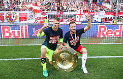 28.05.2017, Red Bull Arena, Salzburg, AUT, 1. FBL, FC Red Bull Salzburg vs Cashpoint SCR Altach, 36. Runde, im Bild Alexander Walke (FC Red Bull Salzburg) und Andreas Ulmer (FC Red Bull Salzburg) mit dem Meisterteller // during Austrian Football Bundesliga 36th round Match between FC Red Bull Salzburg and Cashpoint SCR Altach at the Red Bull Arena, Salzburg, Austria on 2017/05/28. EXPA Pictures © 2017, PhotoCredit: EXPA/ JFK