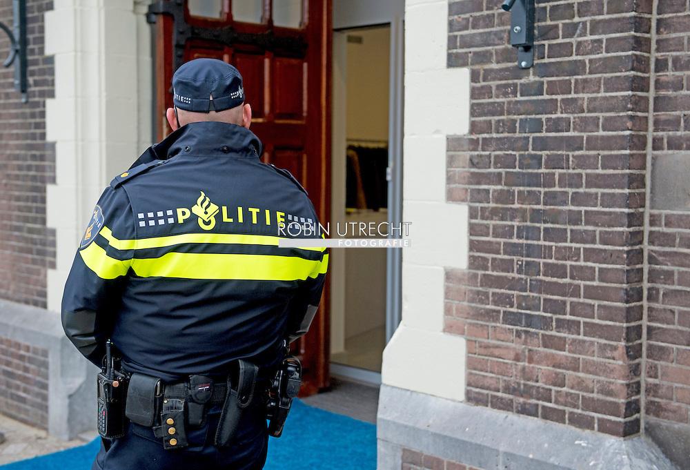 ROTTERDAM - Een agent op straat . Politie agenten surveilleren door het centrum van Rotterdam COPYRIGHT ROBIN UTRECHT