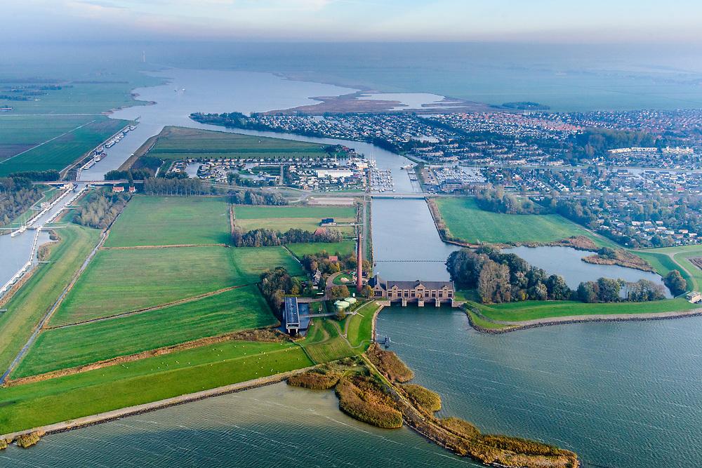 Nederland, Friesland, Gemeente Lemsterland, 04-11-2018; Lemmer, Tacozijl. Ir. D.F. Woudagemaal met bezoekerscentrum.. Het stoomgemaal staat op de Unesco Werelderfgoedlijst en is het grootste nog in bedrijf zijnde stoomgemaal ter wereld. Bij extreem hoge waterstand doet het gemaal nog dienst en helpt om de waterstand van het Friese boezem op peil te houden. Sinds 1967 is het gemaal oliegestookt.<br /> Lemmer, ir D.F. Woudagemaal. The steam pumping station features on the UNESCO World Heritage List and is the largest pumping station still in operation worldwide. At extreme high water, the station is still in service and helps to maintain the proper water level of the Friesian boezemwater. Since 1967, the pumping station is oil fired. <br /> <br /> luchtfoto (toeslag op standaard tarieven);<br /> aerial photo (additional fee required);<br /> copyright © foto/photo Siebe Swart