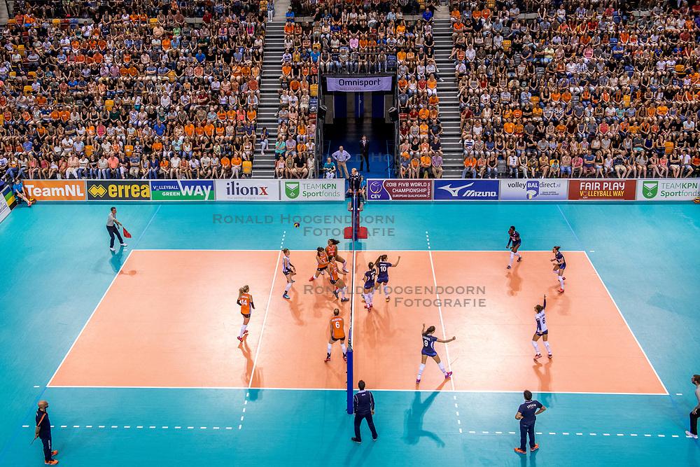 26-05-2017 NED: Nederland - Italie, Apeldoorn<br /> Kick off voor het Nederlands vrouwenteam begon met een oefenwedstrijd in Apeldoorn. Itali&euml; werd met 3-1 verslagen / support publiek Oranje, court vloer, Omni sporthal De Voorwaarts