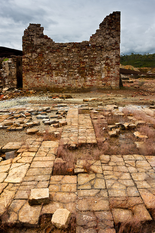 At Achada do Gamo, in the abandoned mining complex of S. Domingos, broken tiles mark the place where some houses were.