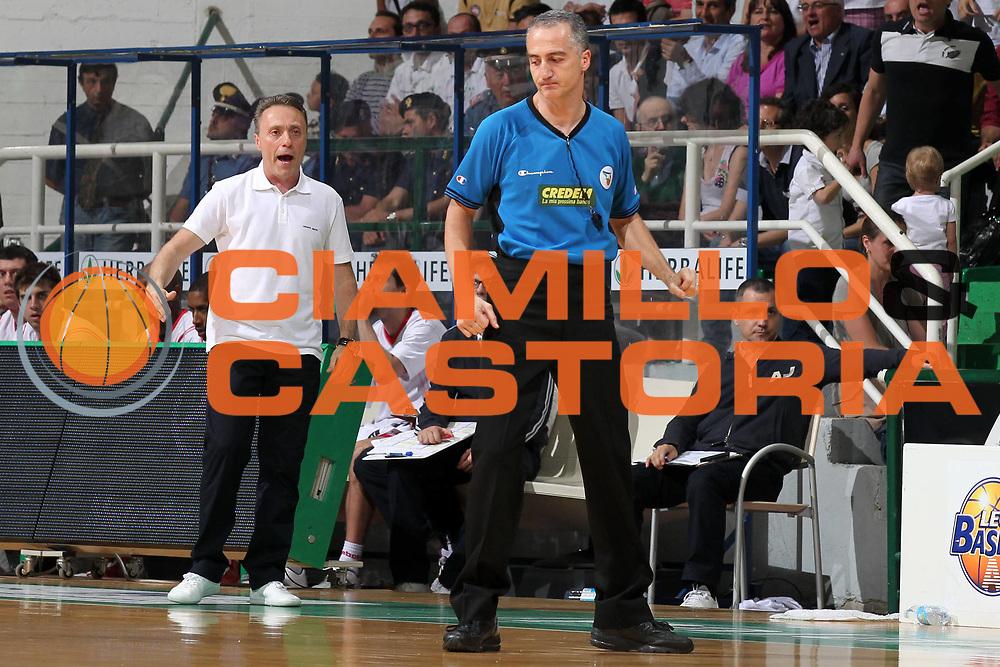 DESCRIZIONE : Siena Lega A 2009-10 Playoff Finale Gara 1 Montepaschi Siena Armani Jeans Milano<br /> GIOCATORE : Carmelo Paternico Piero Bucchi<br /> SQUADRA : AIAP Armani Jeans Milano<br /> EVENTO : Campionato Lega A 2009-2010 <br /> GARA : Montepaschi Siena Armani Jeans Milano<br /> DATA : 13/06/2010<br /> CATEGORIA : aritro referees coach<br /> SPORT : Pallacanestro <br /> AUTORE : Agenzia Ciamillo-Castoria/ElioCastoria<br /> Galleria : Lega Basket A 2009-2010 <br /> Fotonotizia : Siena Lega A 2009-10 Playoff Finale Gara 1  Montepaschi Siena Armani Jeans Milano<br /> Predefinita :