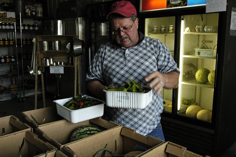 DANJO farms, Dan prépare les paniers paysan qu'il vend une fois par semaine à une vingtaine de clients.