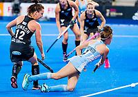 Londen - Eugenia Trinchinetti (Arg)  met Elizabeth Gunson (NZL) tijdens de cross over wedstrijd Argentinie-Nieuw Zeeland (2-0)  bij het WK Hockey 2018 in Londen .  COPYRIGHT KOEN SUYK