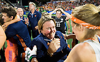 AMSTELVEEN -  bondscoach Alyson Annan (Ned) met Carlien Dirkse van den Heuvel (Ned)  na de gewonnen  damesfinale Nederland-Belgie (3-0) bij de Rabo EuroHockey Championships 2017. COPYRIGHT KOEN SUYK