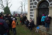 """05 APR 2012, KALWARIA ZEBRZYDOWSKA/POLAND:<br /> Pilger betrachten das Passionsspiel, waehrend eine Mann an der Kapelle Kaplica Ogrójca betet.<br /> An der polnischen Wallfahrtsstaette Kalwaria Zebrzydowska kommen in der Karwoche alljaehrlich tausende von Katholiken zusammen, um als Pilger den Andachtsweg """"Pfad des Herrn Jesus"""" zu beschreiten, auf dem als Passionsspiel die Leiden Jesus Christus nachgespielt werden. Die zweitaegige Prozession fuehrt ueber einen mit vielen kleinen Kirchen und Kapellen gesaeumten Kreuzweg. <br /> IMAGE: 20120405-01-089<br /> KEYWORDS: Mysterienspiel, Passionsspiel. Pilgerstaette, Ostern, Osterprozession, Pligerstätte, Pilgerpfad, Glaeubige, Gäubige"""