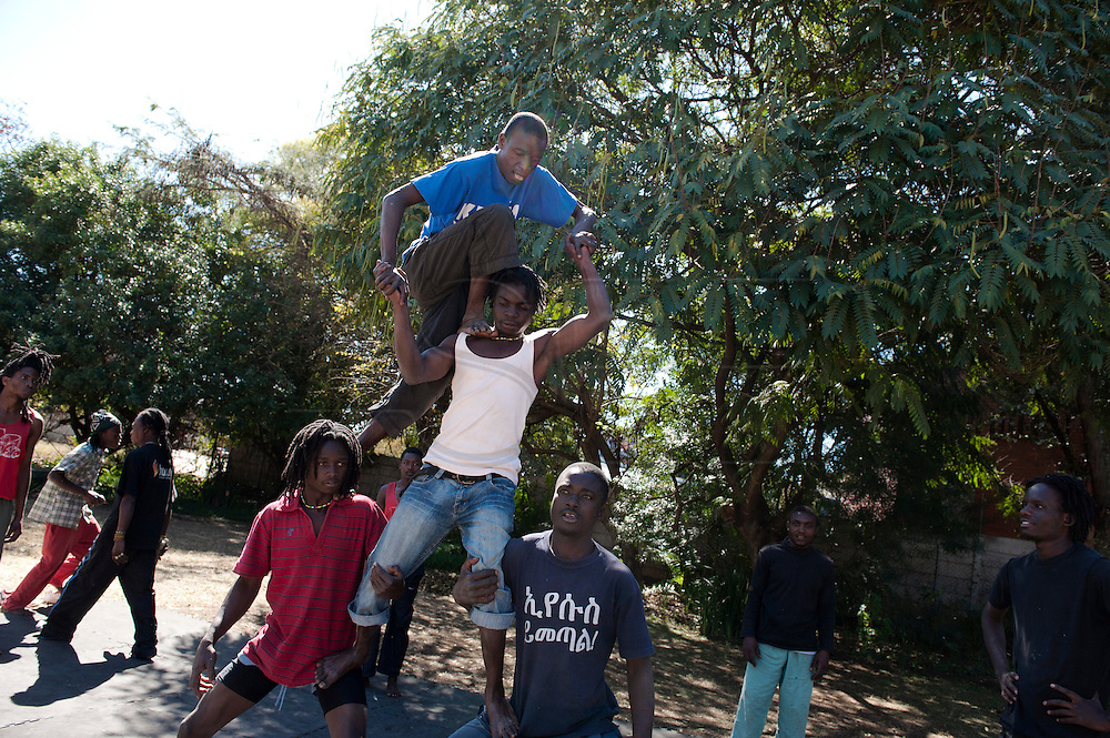 The school of dance of Harare aim to mantain the dancing tradition in Zimbabwe. Beside the dance program, exist also a program to form acrobats and jugglers. Several student attending to the school are from poor Zimbabwean township and won a scholarship.