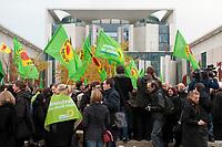 28 OCT 2010, BERLIN/GERMANY:<br /> Demonstration anl. der Abstimmung des Bundestages ueber die Verlaengerung der Laufzeiten fuer Atomkraftwerke, vor dem Bundeskanzleramt<br /> IMAGE: 20101028-01-013<br /> KEYWORDS: Demo, Demonstranten, Protest, Anti-Atom-Demo, Anti-Kernkraft-Demo, Verlängerung der Laufzeiten, Laufzeitverlängerung, Laufzeitverlaengerung, AKW