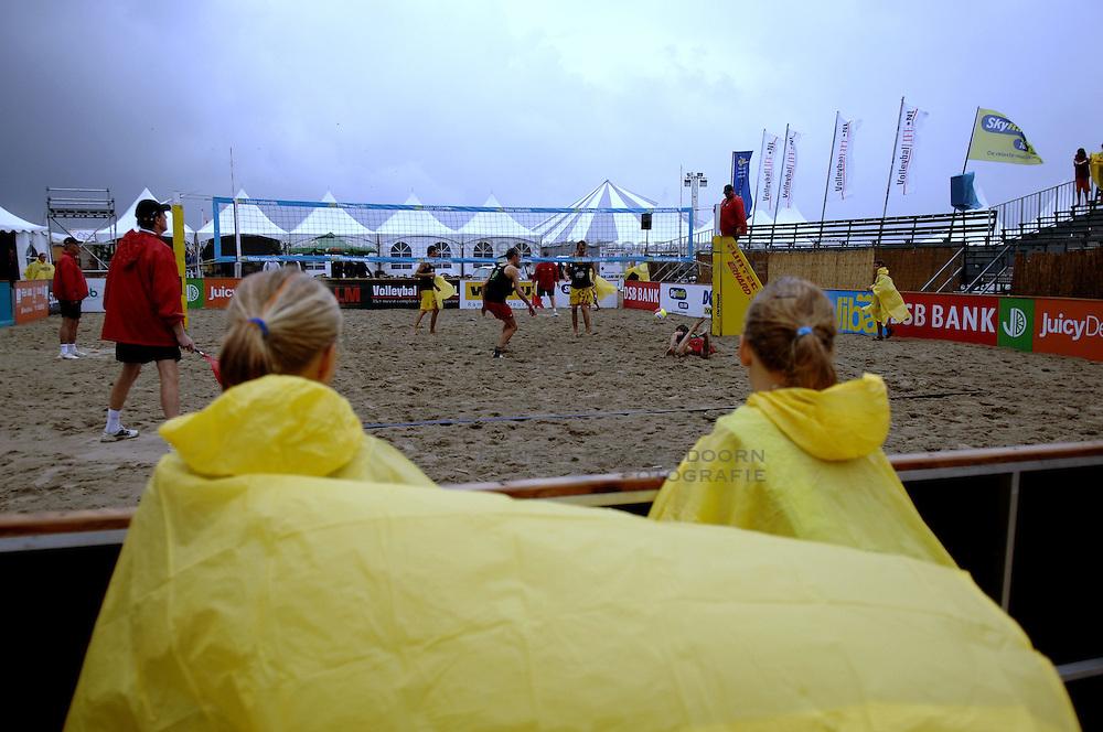 20-08-2006 VOLLEYBAL: NK BEACHVOLLEYBAL: SCHEVENINGEN<br /> Support, Toeschouwers op het Brunotti Beach Center , Regen , regencapes<br /> ©2006-WWW.FOTOHOOGENDOORN.NL