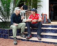 Paralympionike Michael Teuber und Martina Navratilova unterhalte3n sich kurz vor dem Start zur Gipfel Tour des Kilimandscharo<br /> .27 weitere Teilnehmer starten am 6. Dezember neben Teuber und Navratilova zum h&ouml;chsten Berg Afrikas.