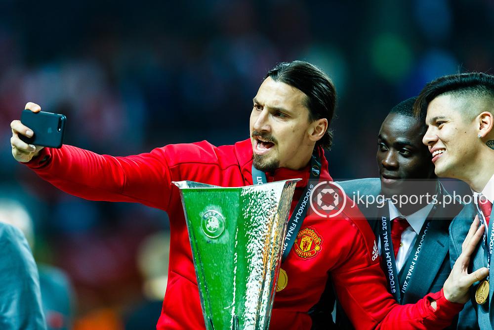 170524 Fotboll, Europa League Final, Ajax - Manchester United<br /> (9) Zlatan Ibrahimović, Manchester United tar en &quot;selfie&quot; tillsammans med pokalen.<br /> <br /> &copy; Daniel Malmberg/Jkpg Sports <br /> ***Betalbild***<br /> Se f&auml;ltet instruktioner/special instructions.