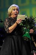 Willeke Alberti viert haar 70-ste verjaardag in Koninklijk Theater Carre met een Galavoorstelling .<br /> <br /> op de foto:   Willeke Alberti heeft de Frans Banninck Cocq Penning ontvangen. Zij kreeg de erepenning van de stad Amsterdam aan het slot van een gala-avond uit handen van burgemeester Eberhard van der Laan.