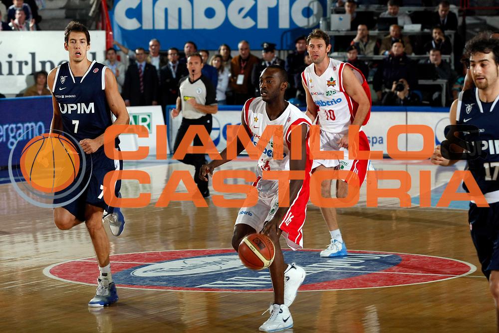 DESCRIZIONE : Varese Lega A1 2007-08 Cimberio Varese Upim Fortitudo Bologna<br /> GIOCATORE : Julius Hodge<br /> SQUADRA : Cimberio Varese<br /> EVENTO : Campionato Lega A1 2007-2008<br /> GARA : Cimberio Varese Upim Fortitudo Bologna<br /> DATA : 21/10/2007<br /> CATEGORIA : Palleggio<br /> SPORT : Pallacanestro<br /> AUTORE : Agenzia Ciamillo-Castoria/G.Cottini