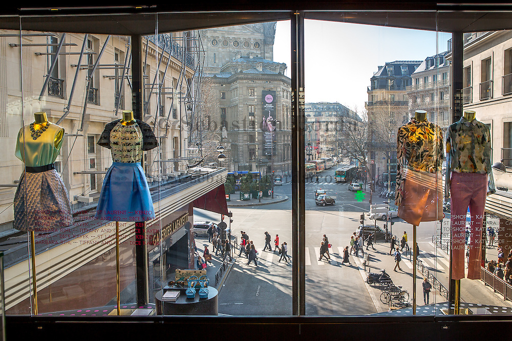 Vue de la rue depuis l'intérieur des Galeries Lafayette. Paris, France // View of the street from Galeries Lafayette. Paris, France