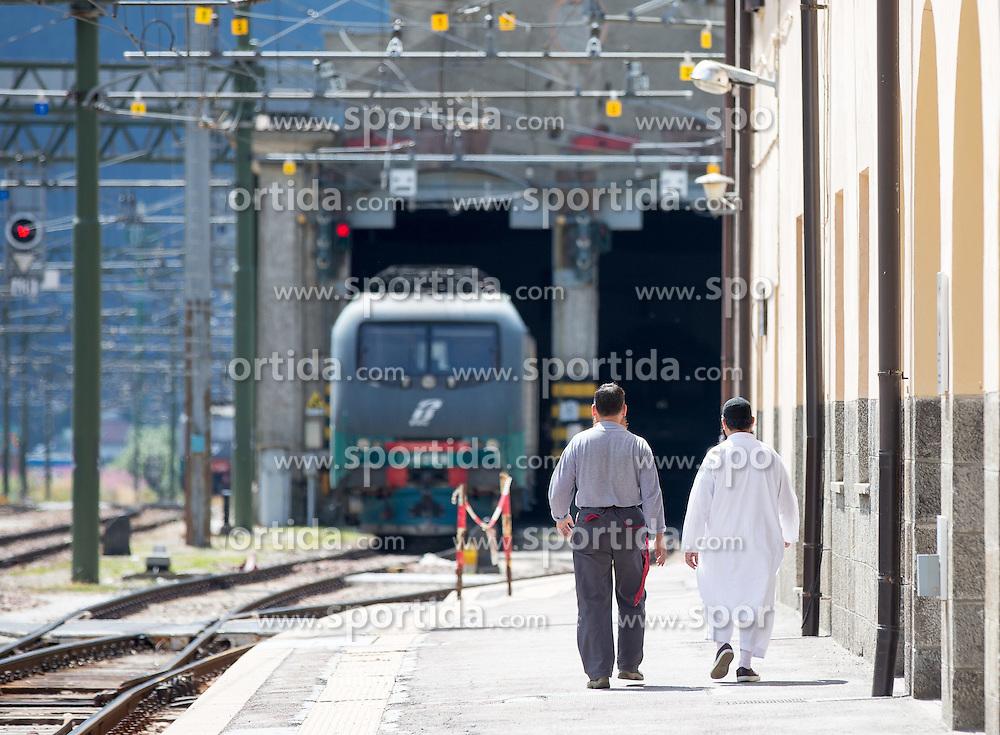 THEMENBILD - An den Bahnhöfen in Südtirol stranden seit Monaten jede Woche Hunderte Flüchtlinge. Wer es über das Meer bis nach Italien geschafft hat, versucht, rasch weiter in Richtung Norden zu kommen, meist werden sie dabei von deutsch-österreichisch-italienischen Polizeistreifen aus den Zügen geholt. Am Bahnhof in Bozen und am Brenner werden sie von Helfern versorgt. Viele der Flüchtlinge wollen nach Deutschland und Skandinavien. Der Brenner ist nur ein Etappenziel. Hier im Bild zwei Männer in Arabischer Kleidung gehen am Bahnsteig entlang. Aufgenommen am 9. August 2015 am Bahnhof Brenner // Two men in Arab dress Walk along the railway station on the border between Tyrol, Austria and South Tyrol, Italy, 09 August 2015. Each Week hundreds of asylum seekers reportedly are stopped by Austrian, German and Italian police. The Austrian government has been struggling to house masses of new arrivals, as some provincial leaders and many mayors have opposed hosting asylum seekers in their communities. More than 28,300 people applied for refugee protection in Austria in the first half of the year, with many coming from Syria, Afghanistan and Iraq. EXPA Pictures © 2015, PhotoCredit: EXPA/ Johann Groder