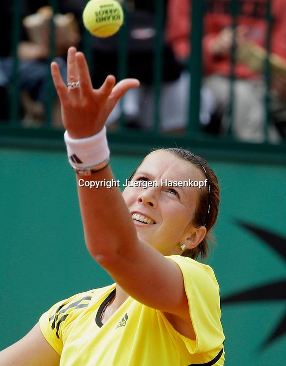 French Open 2009, Roland Garros, Paris, Frankreich,Sport, Tennis, ITF Grand Slam Tournament, <br /> Kristina Barrois (GER)spielt einen Aufschlag,service,action,Ball,Ballwurf.<br /> <br /> Foto: Juergen Hasenkopf