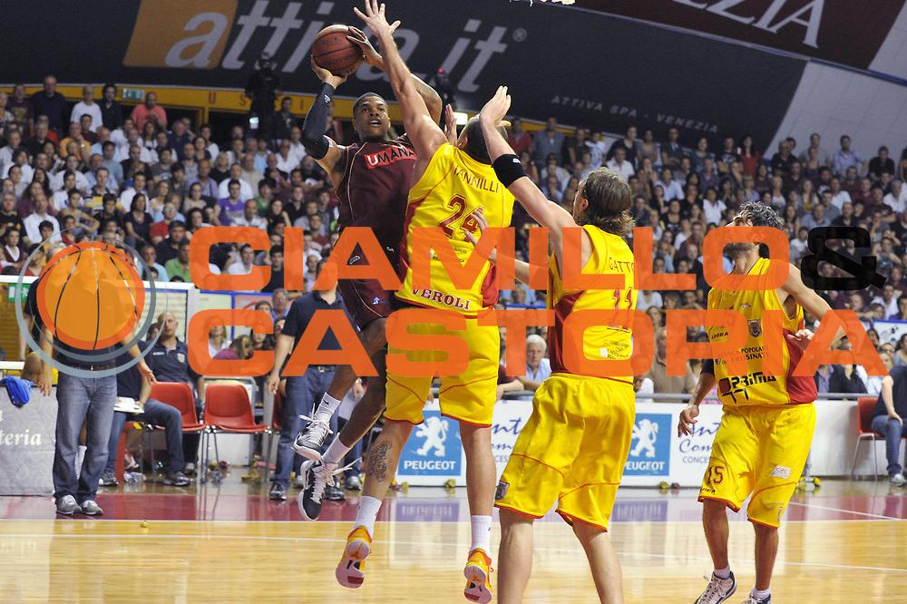 DESCRIZIONE : Venezia Lega Basket A2 2010-11 Playoff Semifinale Gara 5 Umana Reyer Venezia Prima Veroli<br /> GIOCATORE : Tamar Slay<br /> SQUADRA : Umana Reyer Venezia Prima Veroli<br /> EVENTO : Campionato Lega A2 2010-2011<br /> GARA : Umana Reyer Venezia Prima Veroli<br /> DATA : 08/06/2011<br /> CATEGORIA : Tiro<br /> SPORT : Pallacanestro <br /> AUTORE : Agenzia Ciamillo-Castoria/M.Gregolin<br /> Galleria : Lega Basket A2 2010-2011 <br /> Fotonotizia : Venezia Lega Basket A2 2010-11 Playoff Semifinale Gara 5 Umana Reyer Venezia Prima Veroli<br /> Predefinita :