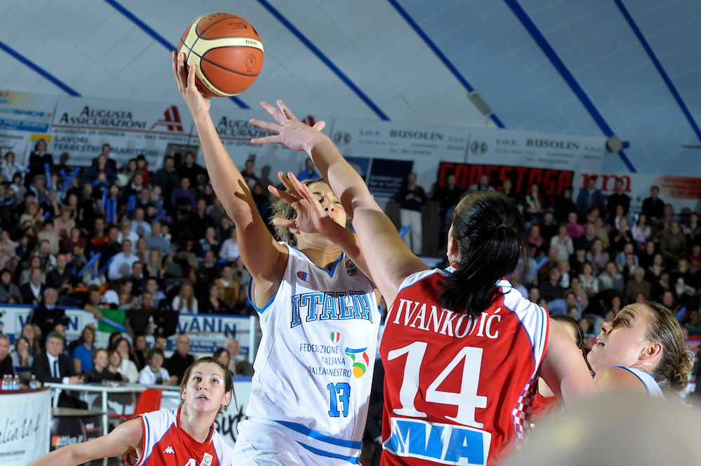 DESCRIZIONE : Venezia Additional Qualification Round Eurobasket Women 2009 Italia Croazia<br /> GIOCATORE : Manuela Zanon<br /> SQUADRA : Nazionale Italia Donne<br /> EVENTO : Italia Croazia<br /> GARA :<br /> DATA : 10/01/2009<br /> CATEGORIA : Tiro<br /> SPORT : Pallacanestro<br /> AUTORE : Agenzia Ciamillo-Castoria/M.Gregolin<br /> Galleria : Fip Nazionali 2009<br /> Fotonotizia : Venezia Additional Qualification Round Eurobasket Women 2009 Italia Croazia<br /> Predefinita :