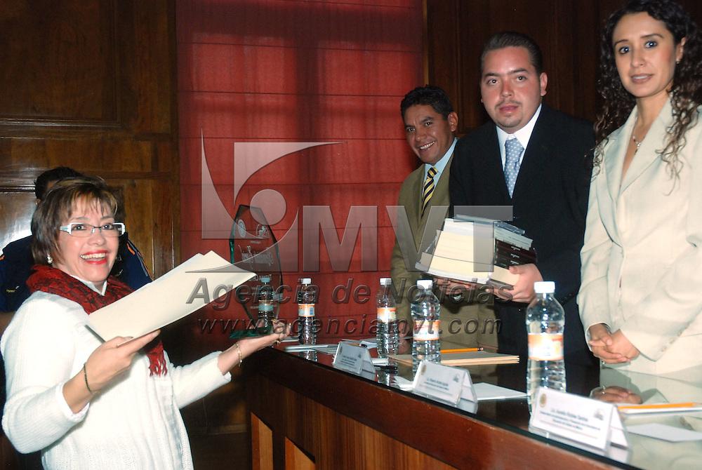 Toluca, Mex.- Entregan reconocimiento a la medallista Tatiana Ortíz, por su destacada participación en los juegos olímpicos de Beigin, China, en el marco del primer aniversario e informe de labores de la Asociación para el Desarrollo de la Estudiante Universitaria, que fue recibido por sus papás. Agencia MVT / José Hernández. (DIGITAL)<br /> <br /> <br /> <br /> NO ARCHIVAR - NO ARCHIVE